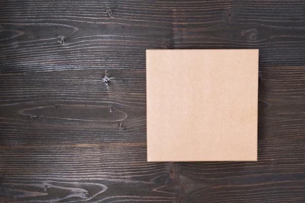 Quadratische bastelkiste auf einem braunen holztisch