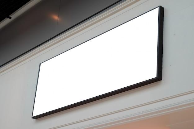 Quadratische beschilderung auf grauer wand mit leerer weißer schildwerbetafel