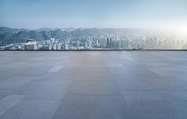 Quadratische bodenfliesen und die skyline des städtischen gebäudes von chongqing