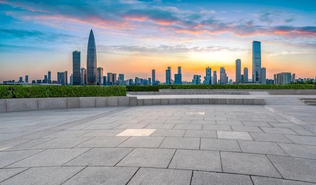 Quadratische bodenfliesen und skyline der architektonischen landschaft von shenzhen
