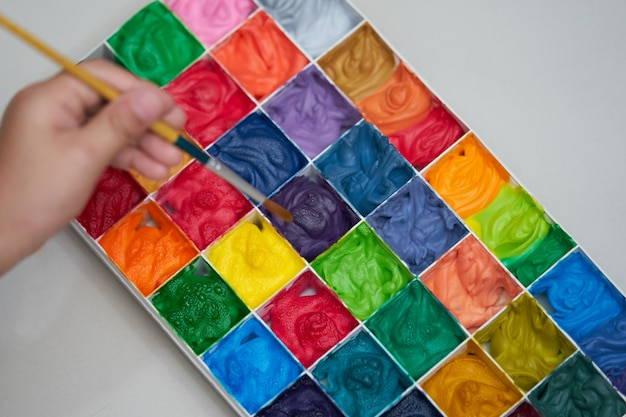 Quadratische farbpalette und handpinsel der unschärfe für kunstwerk