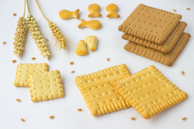 Quadratische kekse, weizenspitzen auf einem weiß