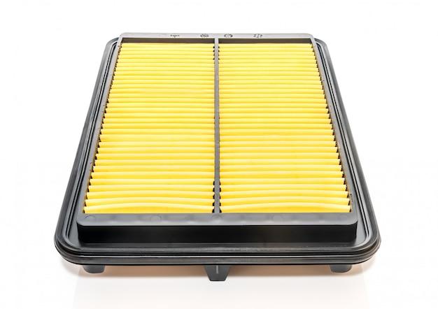 Quadratischer autoluftfilter auf einer weißen oberfläche