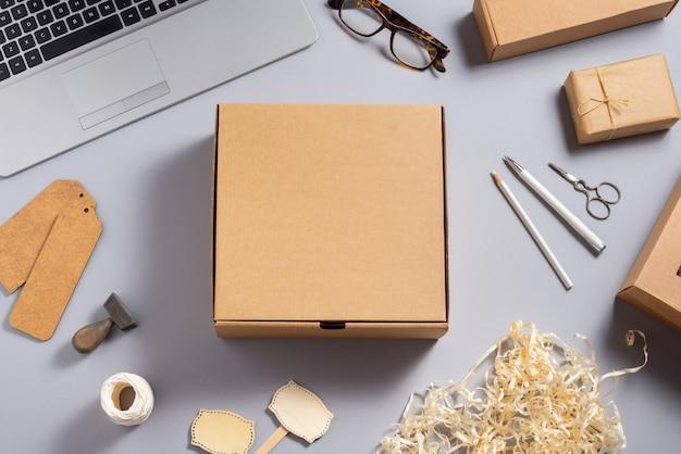 Quadratischer brauner karton auf schreibtisch