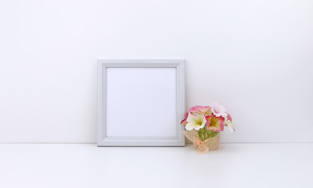 Quadratischer rahmen mit rosa blumen