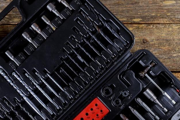 Quadratischer schwarzer werkzeugkasten des toolset auf hölzernem beschaffenheitshintergrund. ansicht von oben