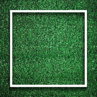 Quadratischer weißer rahmenrand des rechtecks auf grünem gras mit schattenhintergrund. dekorationshintergrundelementkonzept.