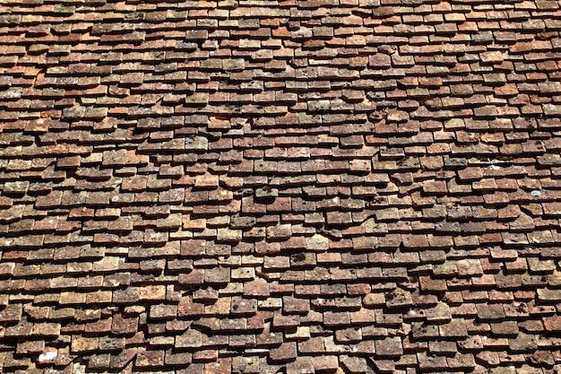 Quadratisches dachmuster der dachziegel verwittert