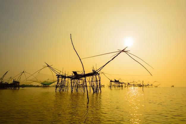 Quadratisches kescher für die fischerei auf sonnenaufgang an pakpra-dorf, phatthalung, thailand