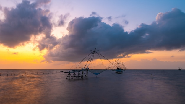 Quadratisches tauchnetz im see mit bewölktem himmel bei pakpra, phatthalung, thailand