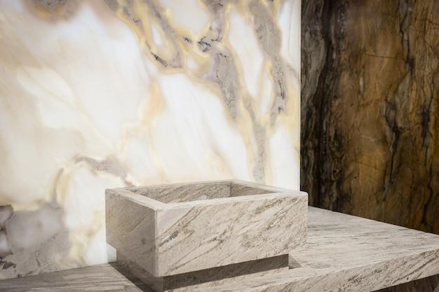 Quadratisches waschbecken in der nähe von weißen und dunklen marmorwänden
