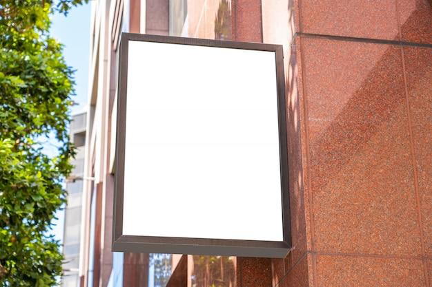 Quadratisches weißes firmenzeichenkonzept auf einem modernen palast