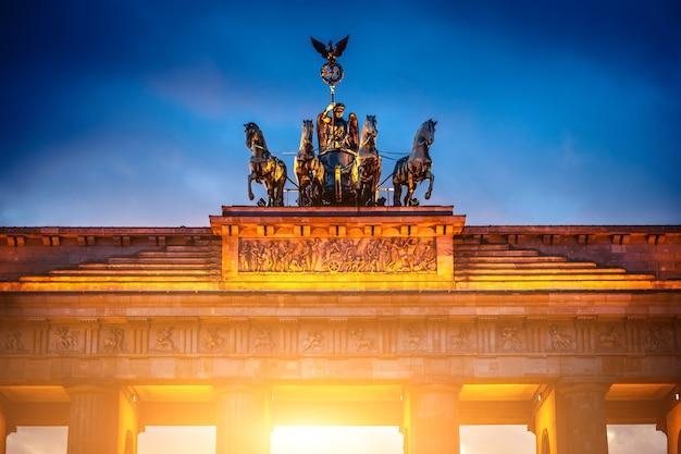 Quadriga auf dem brandenburger tor in abendbeleuchtung berlin