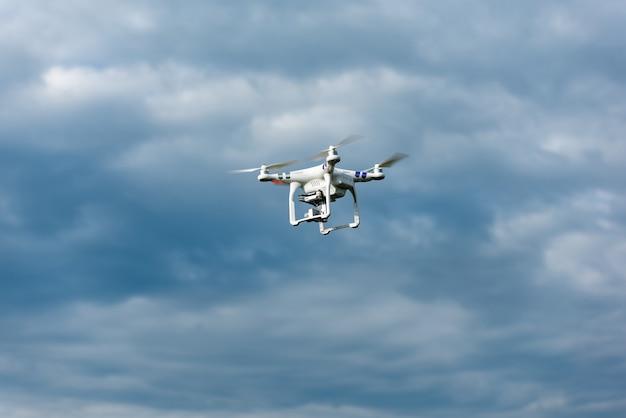 Quadrocopter fliegt in der natur hoch über der erde