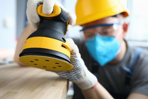 Qualifizierter handwerker mit werkzeug