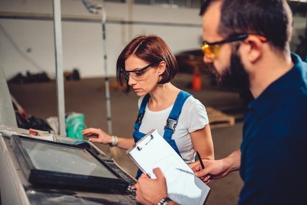 Qualitätskontrolle process inspector überwachung cnc-maschinenbediener
