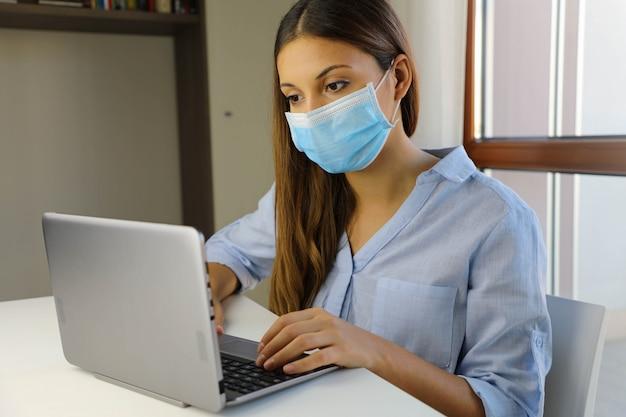 Quarantäne junge frau, die von zu hause aus für viruskrankheit sars-cov-2 studiert. intelligentes schulkonzept.
