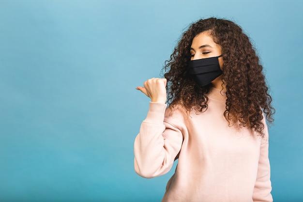 Quarantänekonzept. nahaufnahmeporträt von ihr sie schöne attraktive liebenswerte niedliche entzückende gewinnende mädchen tragen hemdschutz grippe kalte gesichtsmaske