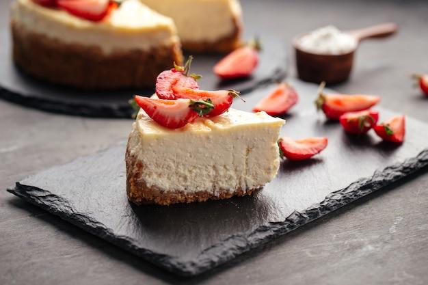 Quark-käsekuchen mit erdbeeren dekoriert