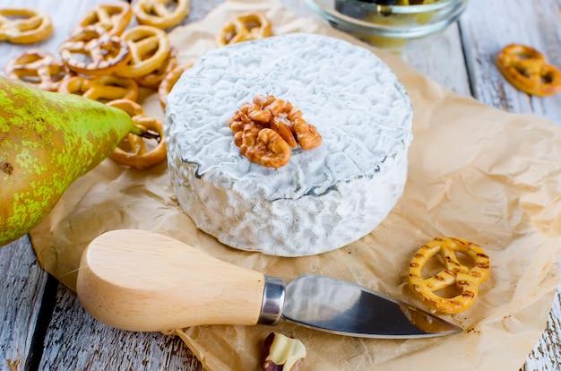 Quark mit schimmel und oliven. honig und birne