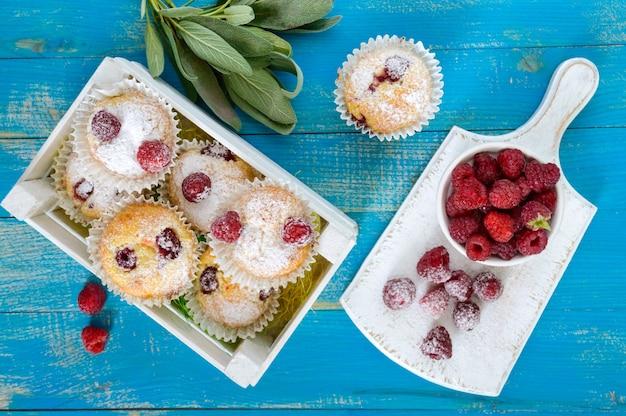 Quarkkuchen mit himbeeren, dekoriert mit puderzucker