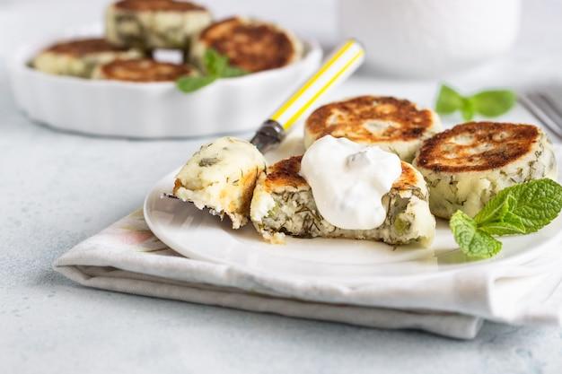 Quarkstückchen mit erbsen, dill, minze und soße. gesundes frühstück oder diätmittagessen.