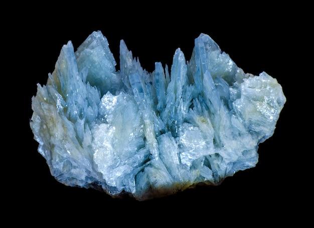 Quarzkristall auf schwarzem hintergrund