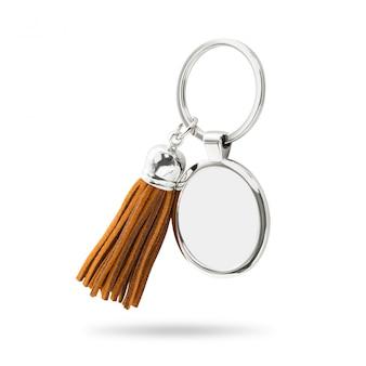 Quastenschlüsselring lokalisiert auf weißem hintergrund. mode leder schlüsselanhänger für die dekoration.