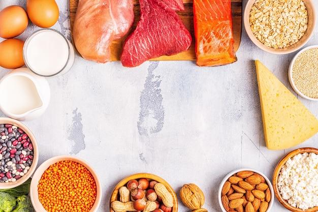 Quellen für gesundes protein - fleisch, fisch, milchprodukte, nüsse, hülsenfrüchte und getreide.
