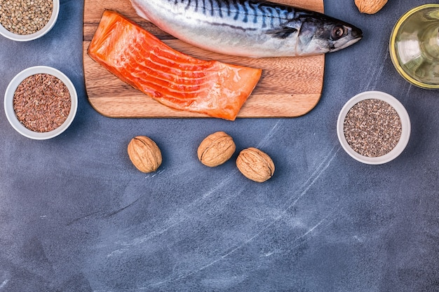 Quellen für omega-3-makrelen, lachs, leinsamen, hanfsamen, chia, walnüsse, leinsamenöl. konzept für gesunde ernährung. draufsicht mit kopierraum.
