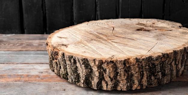 Querschnitt des großen alten baumes auf einem rustikalen tisch