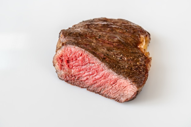 Querschnitt des rib-eye-steaks auf weiß