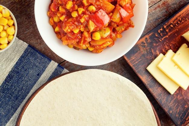 Quesadilla, bestandteile für mexikanische küche auf einem hölzernen kochen