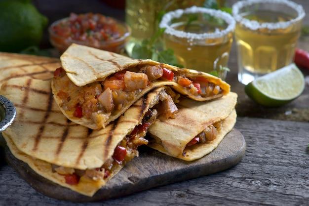 Quesadilla mit salsa auf einem hölzernen hintergrund