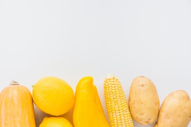Quetschen; zitrone; paprika; maiskolben und kartoffeln auf weißem hintergrund