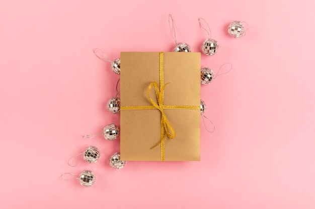 Quinceañera-sortiment mit verpacktem geschenk auf rosa hintergrund