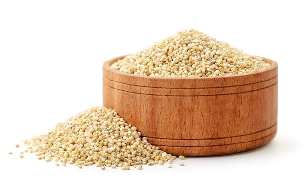 Quinoa in einer holzplatte nahaufnahme auf weißem hintergrund. isoliert