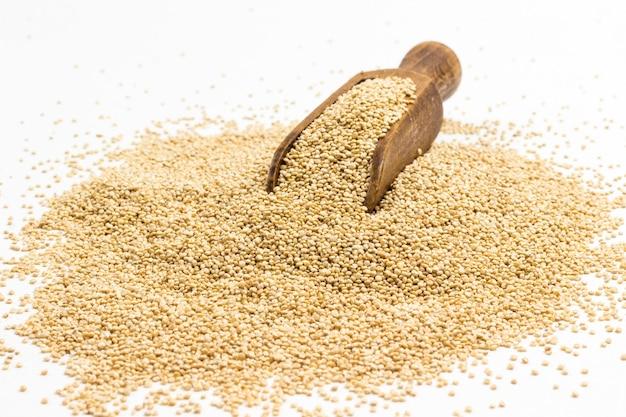 Quinoa samen quelle von ballaststoffen und pflanzlichen fetten. weißer hintergrund