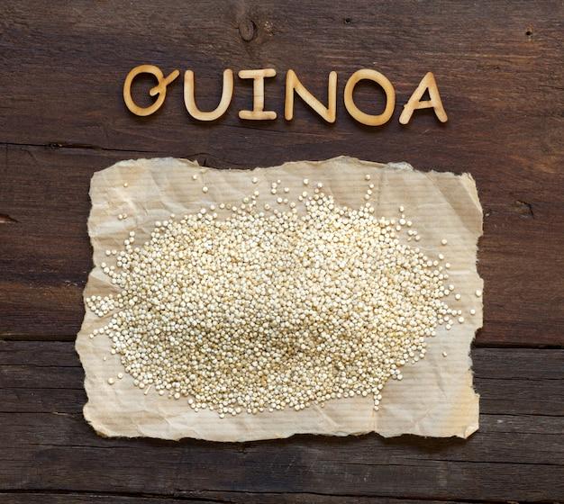 Quinoa und ein wort quinoa auf einer braunen hölzernen tischoberansicht