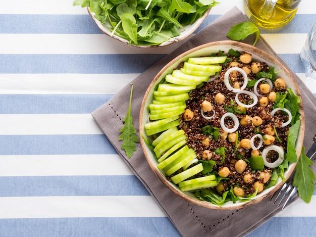 Quinoasalatschüssel mit gurken, kichererbsen