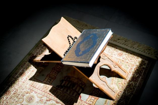 Quran auf einem stand in einem leeren raum
