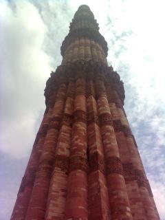 Qutb minar mit himmel