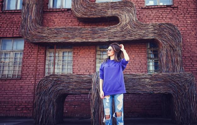 R mädchen mit langen haaren trägt einen leeren blauen pullover