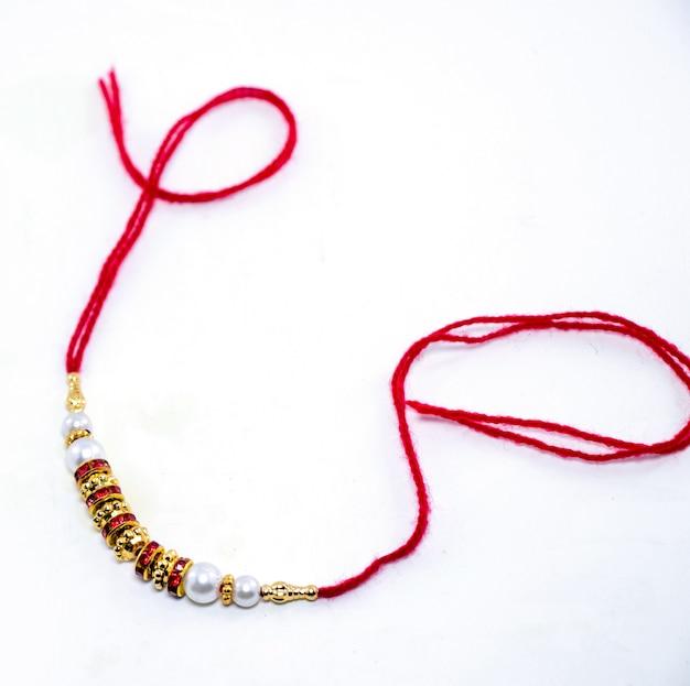 Raakhi - ein traditionelles indisches armband, das ein symbol der liebe zwischen brüdern und schwestern ist. raksha bandhan-gruß.