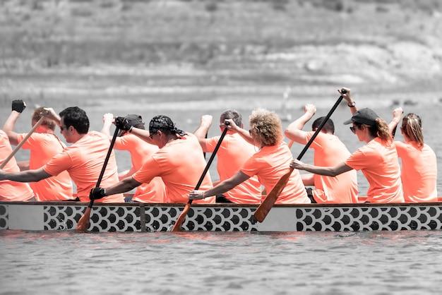Racers nehmen an einem drachenbootrennen teil