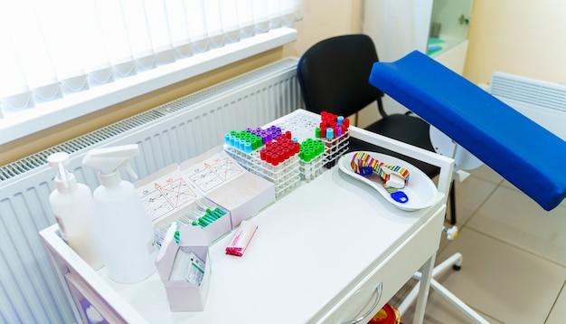 Rack mit röhrchen zum testen im labor für hämatologie. pneumonie diagnostizieren. covid-19 und coronavirus-identifizierung. pandemie. hilfe bei kratzen mit medikamentenpipette.