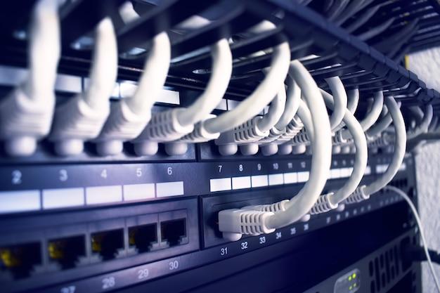 Rack mit servern, netzwerken und telekommunikation. netzwerk-lan