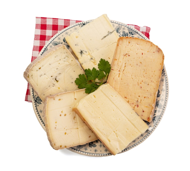 Raclette-käseplatte mit verschiedenen geschmacksrichtungen auf weißem hintergrund