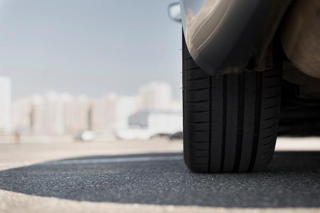 Rad eines autos und unscharfe stadt im hintergrund