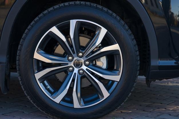 Rad eines schwarzen autoabschlusses oben an einem sonnigen tag.